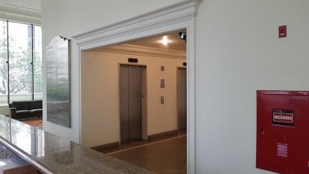 Recepção sem catracas dando livre acesso ao consultório.